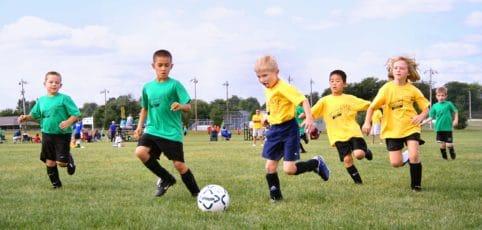Jungen-Fussballspiel in Aktion