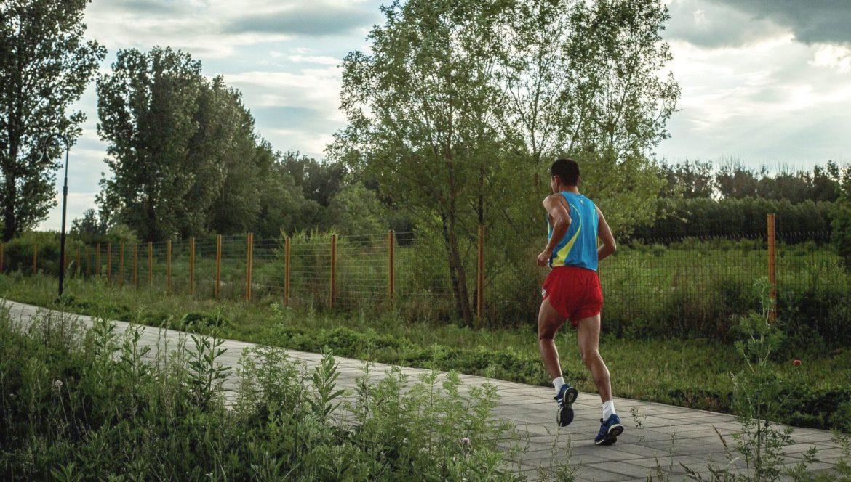 Mann beim Joggen im Park