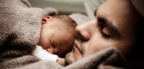 schlafender Vater mit Kind