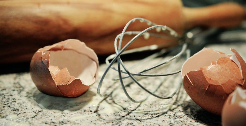 Eierschale, Eiweiß und Schläger eines Mixers