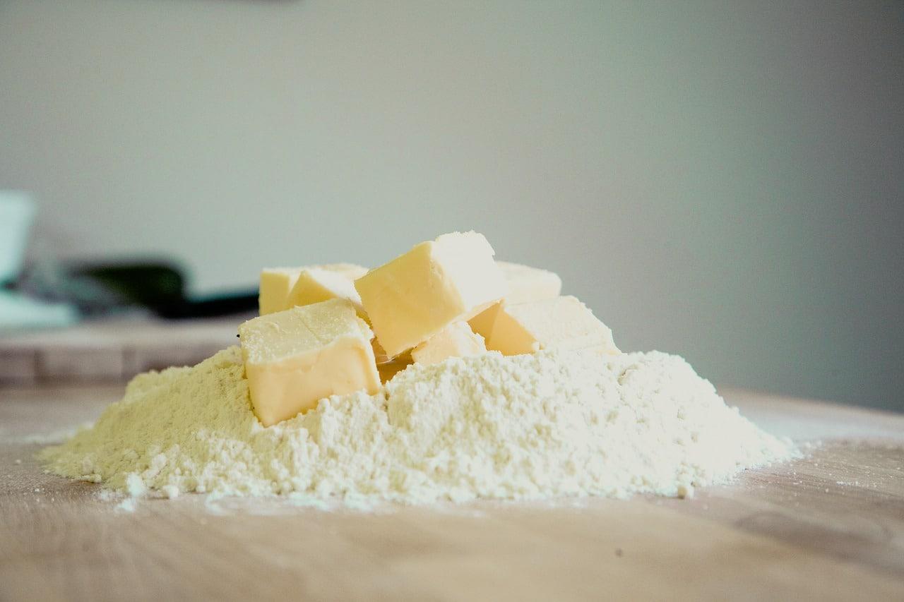 Butter und Mehl - zum Backen aufgehäufelt
