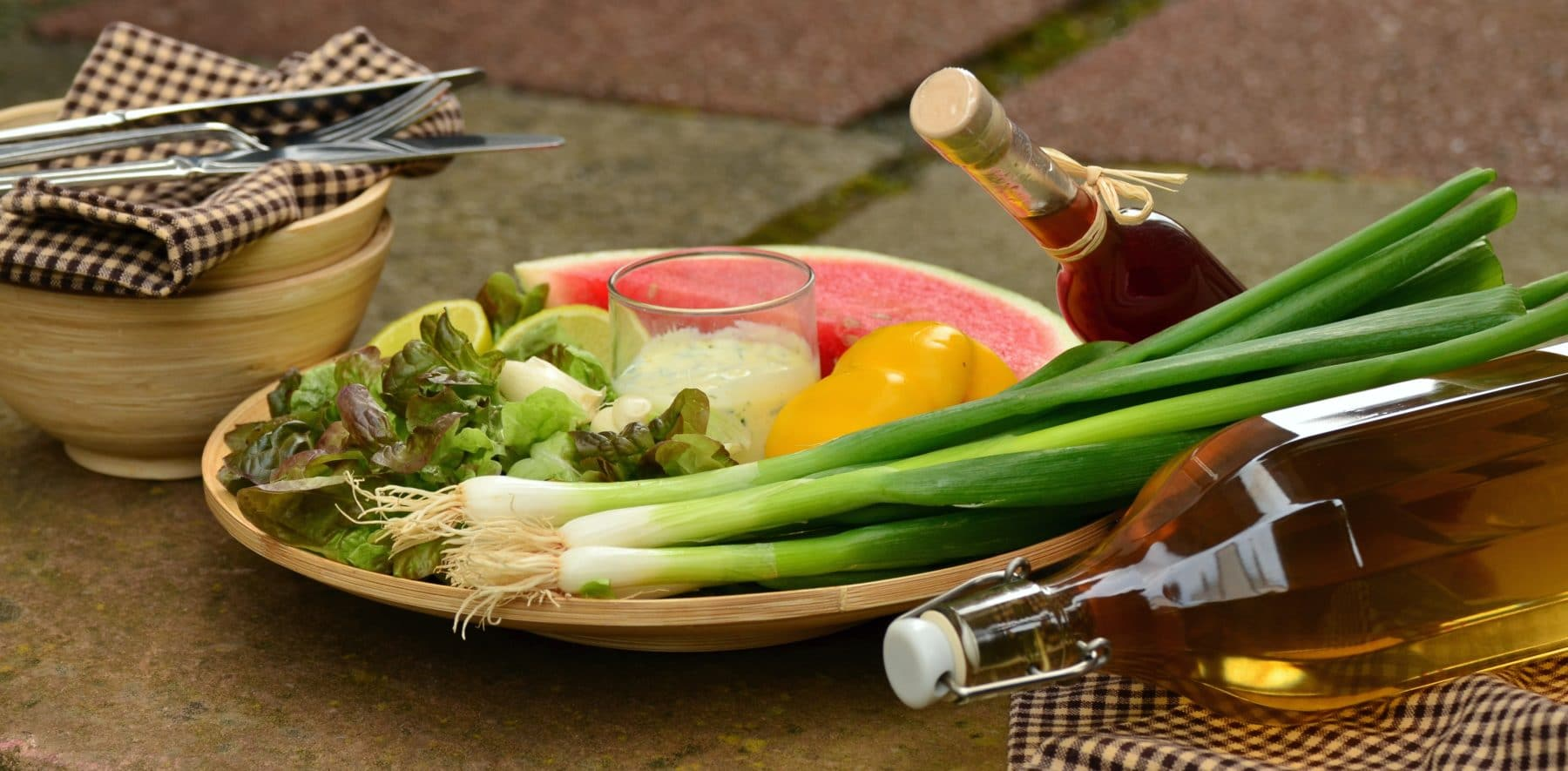 Schale mit Gemüse, Salat, Öl und Essig zum kochen vorbereitet