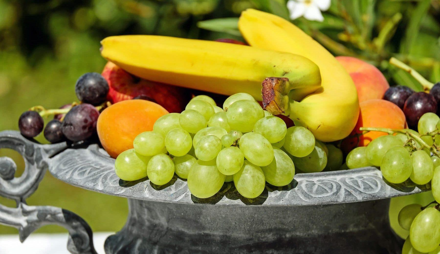 Schale mit verschiedenem Obst