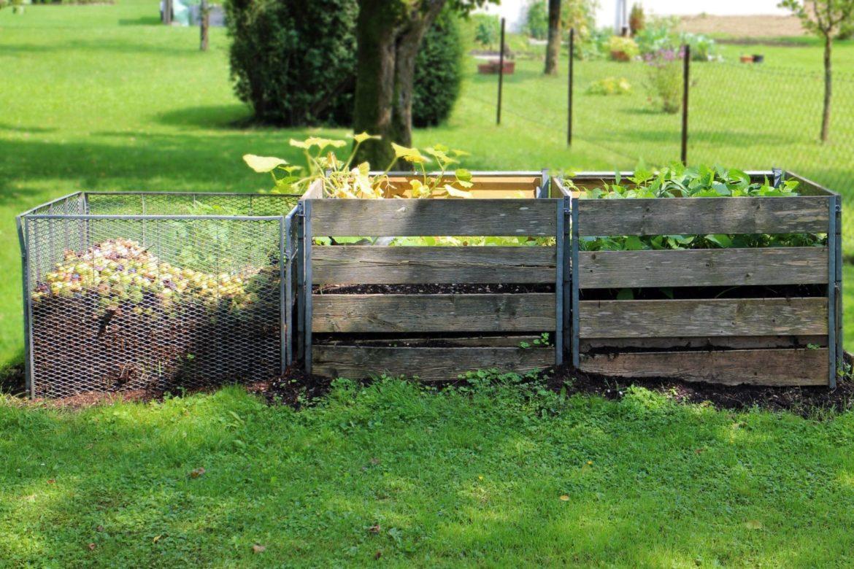 Kompostbehälter in verschiedenen Stadien