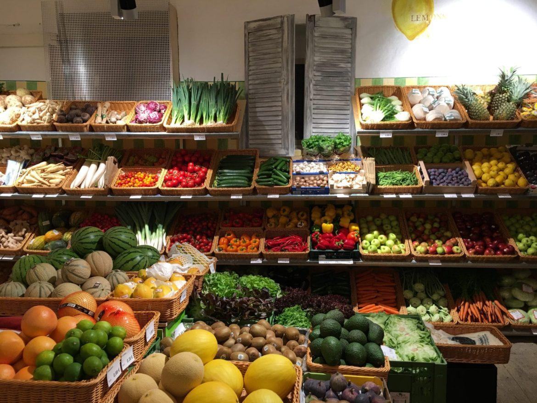 Frisches Obst und Gemüse im Laden in Körben