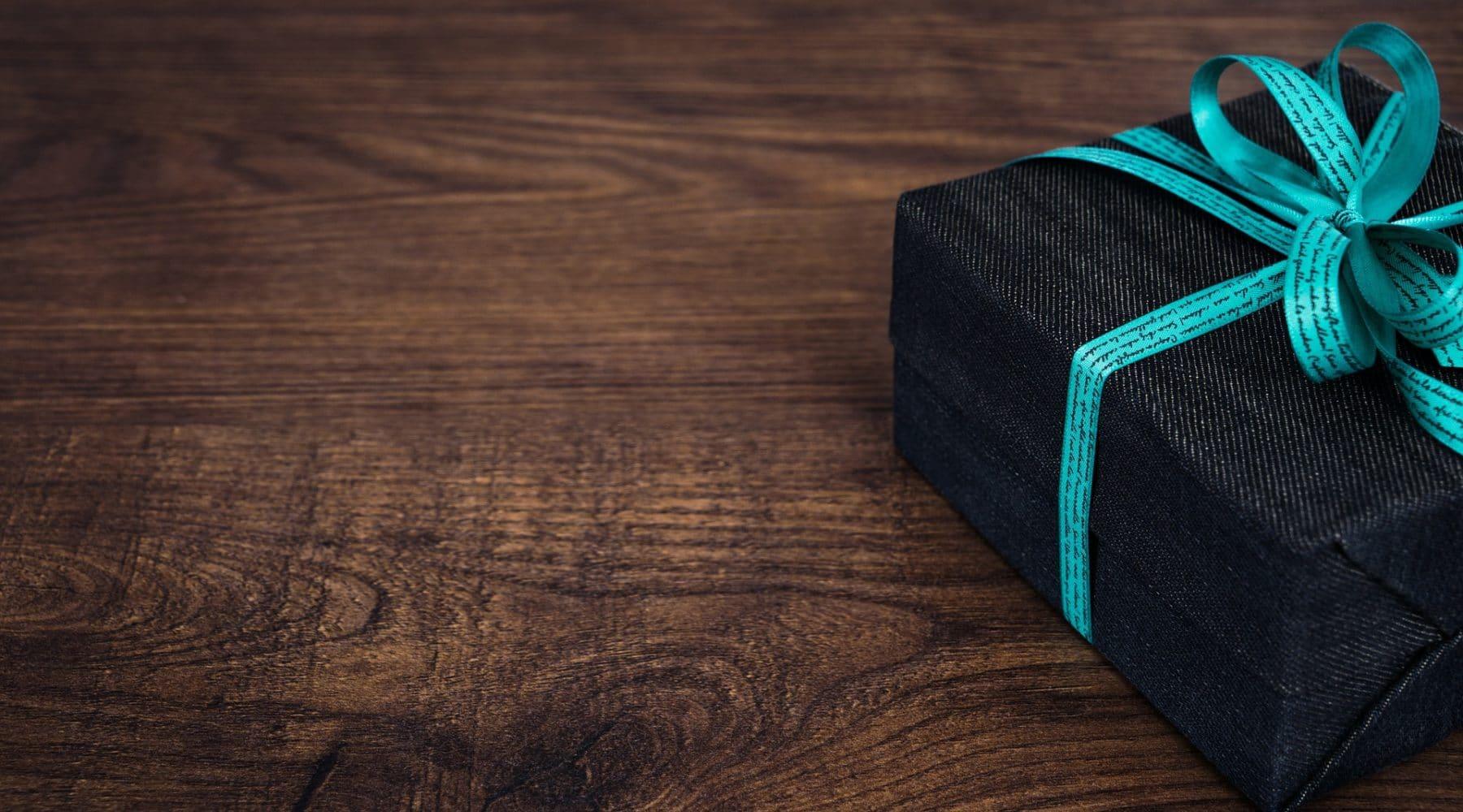 ein schön verpacktes Geschenk auf einem Holztisch