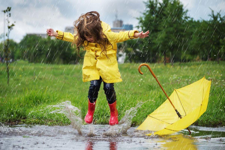 Was kann man bei Regen mit seinem Kind unternehmen? Tipps für schlechtes Wetter