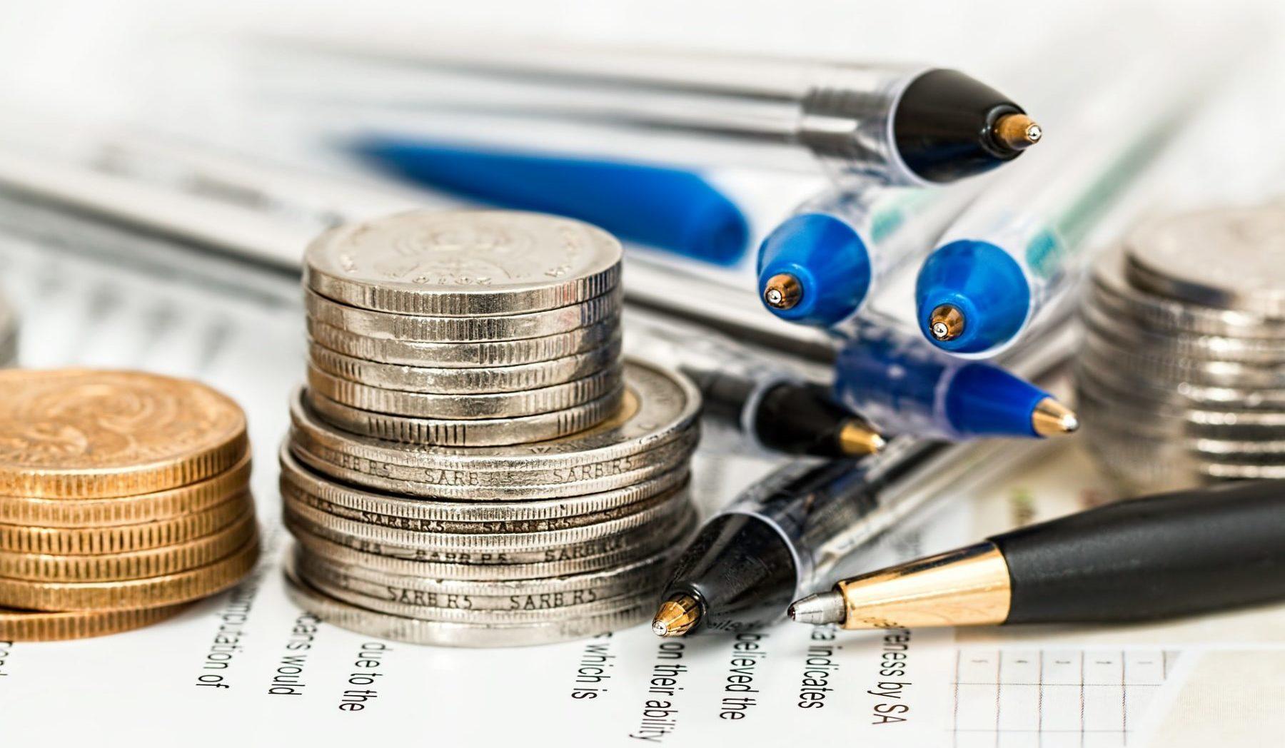 Geld und Stifte auf einem Tisch