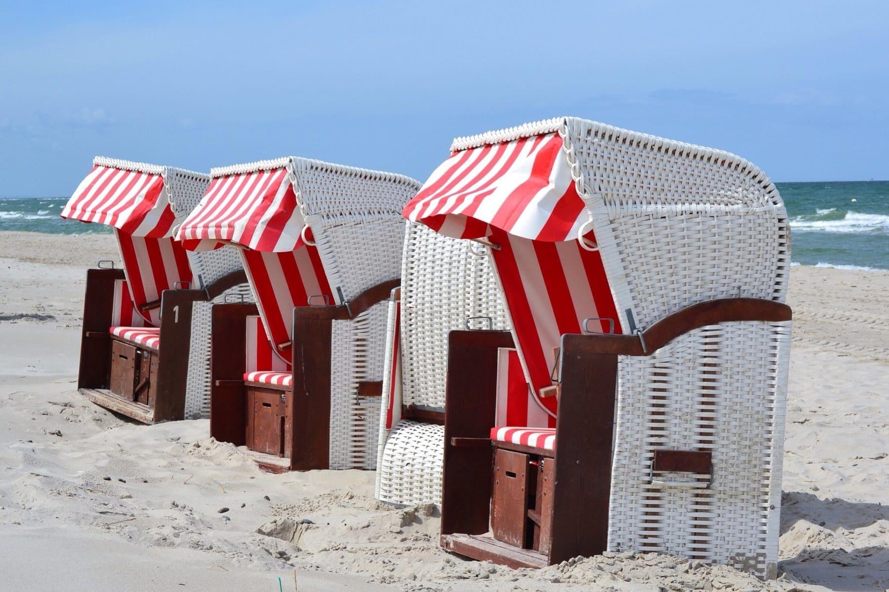 Rot gestreifte Strandkörbe an Sandstrand