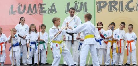 Kinder in Kampfschule beim üben in Kendo