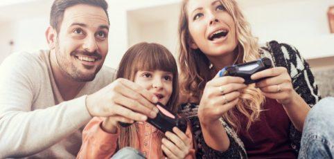 Familie spiel mit einer Konsole gemeinsam ein Spiel