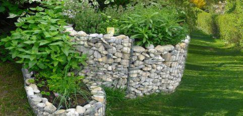 Kräuterschnecke aus Steinen mit Kräutern drin