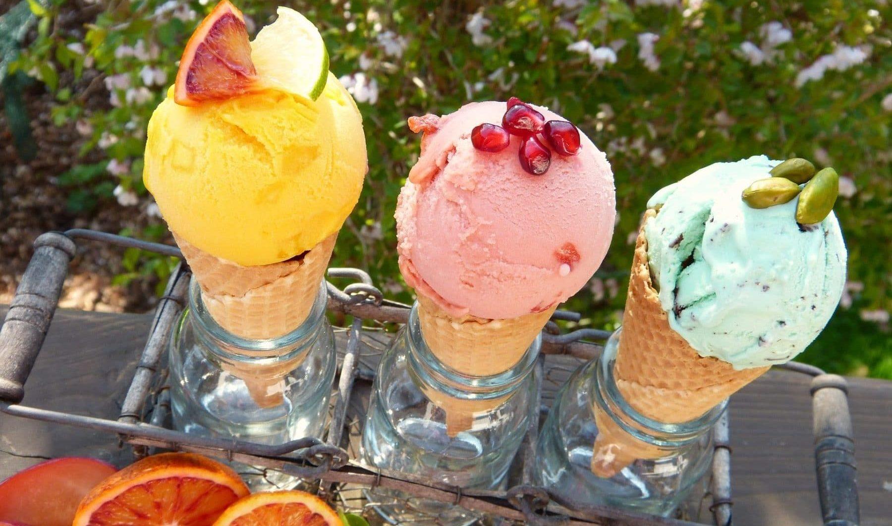 Drei Eiswaffeln mit herrlich selbstgerechtem Eis in gelb, rosa und grün