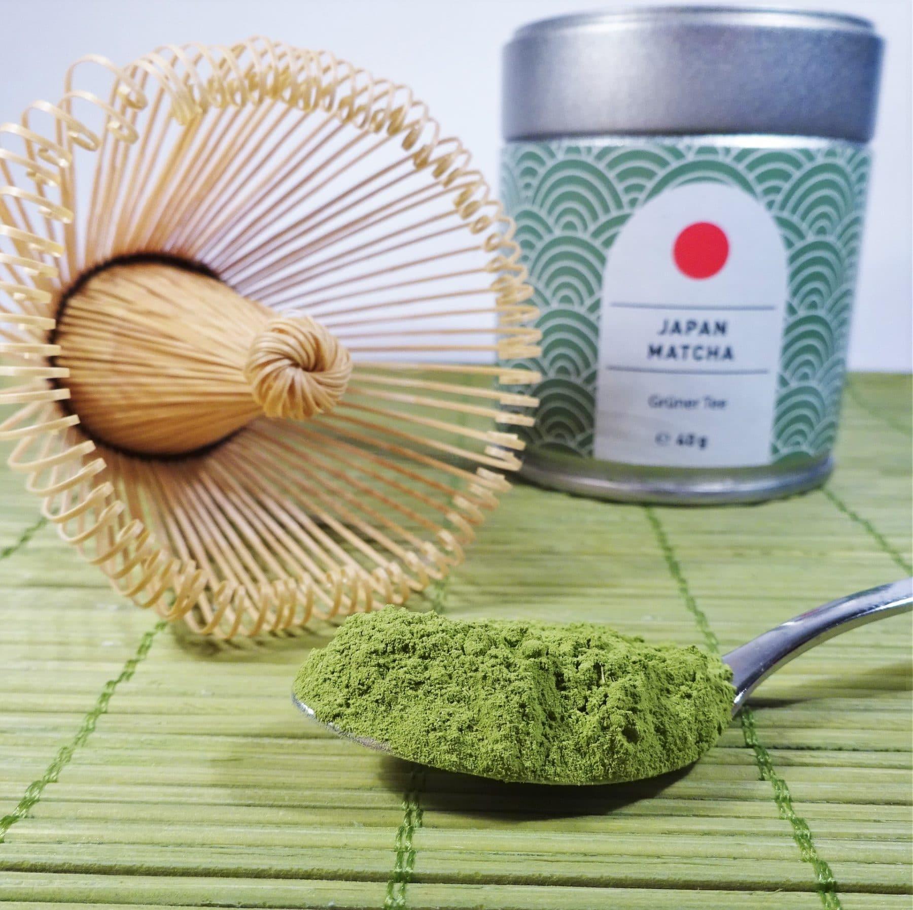 Tee-Besen und grünes Matcha Pulver