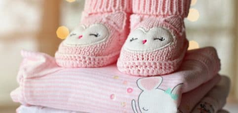 Babysachen auf einen Stapel in rosa
