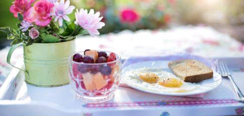 Frühstück auf einem Tablett angerichtet mit Blümchen