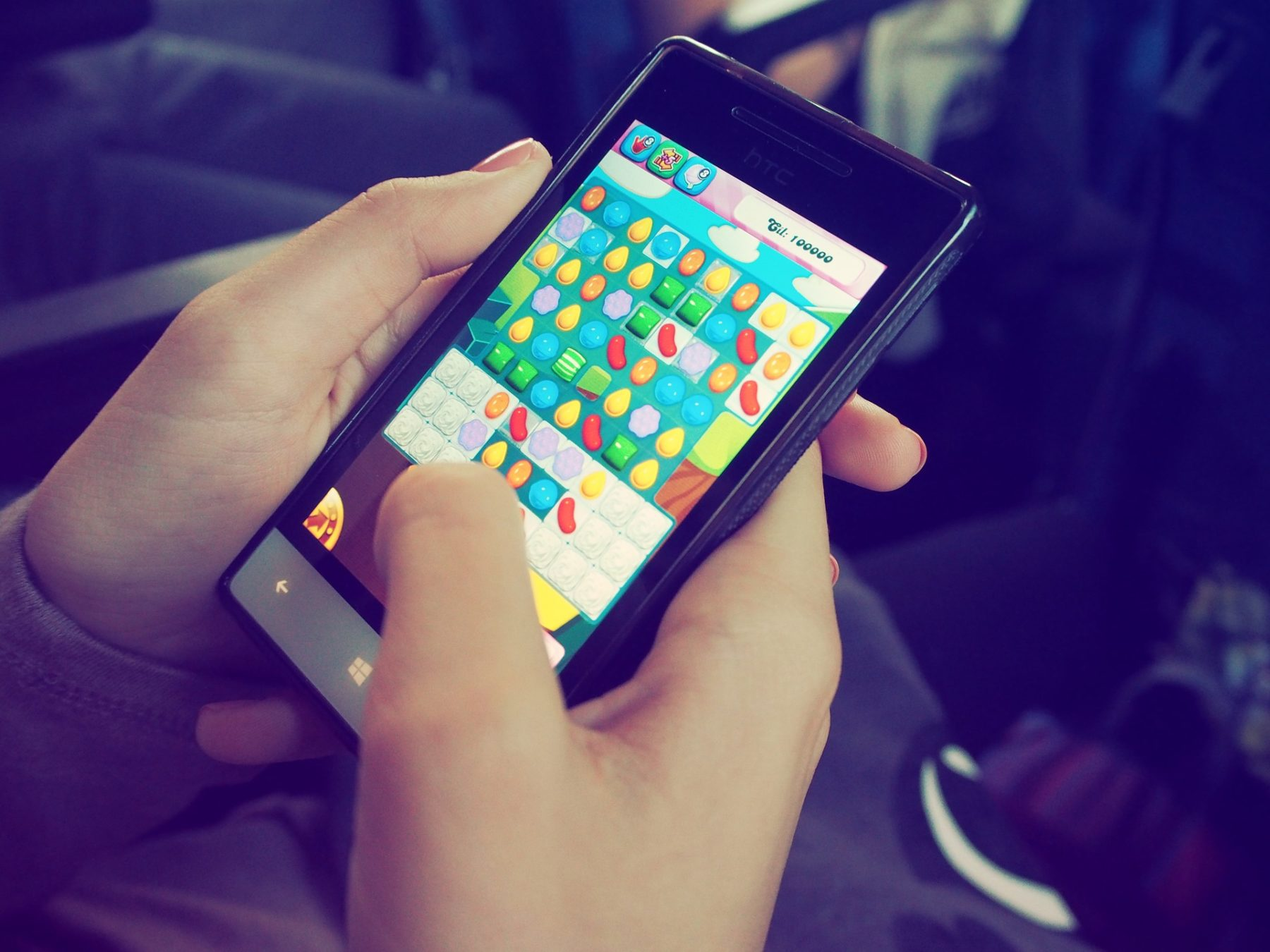 Smartphone, auf dem Candy Crush gespielt wird