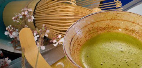Matcha-Tee in einer Schale mit dem typischen Bambusbesen