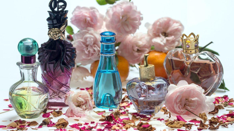 Parfumflacons auf einem Tisch mit Rosenblättern