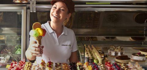 Ferienjob in der Eisdiele, junges Mädel verkauft Eis