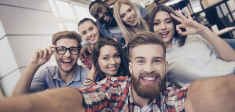 Eine Gruppe junger Leute die Spaß miteinander haben