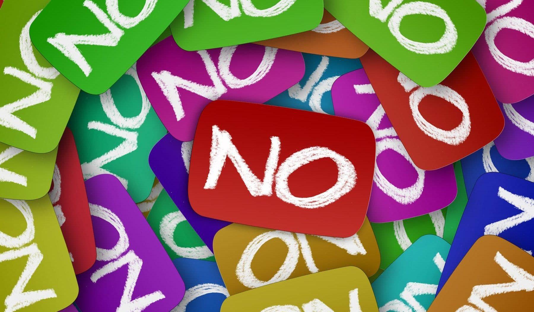 """Viele """"no"""" für """"nein"""" auf bunten Schildchen im Kreis gelegt"""