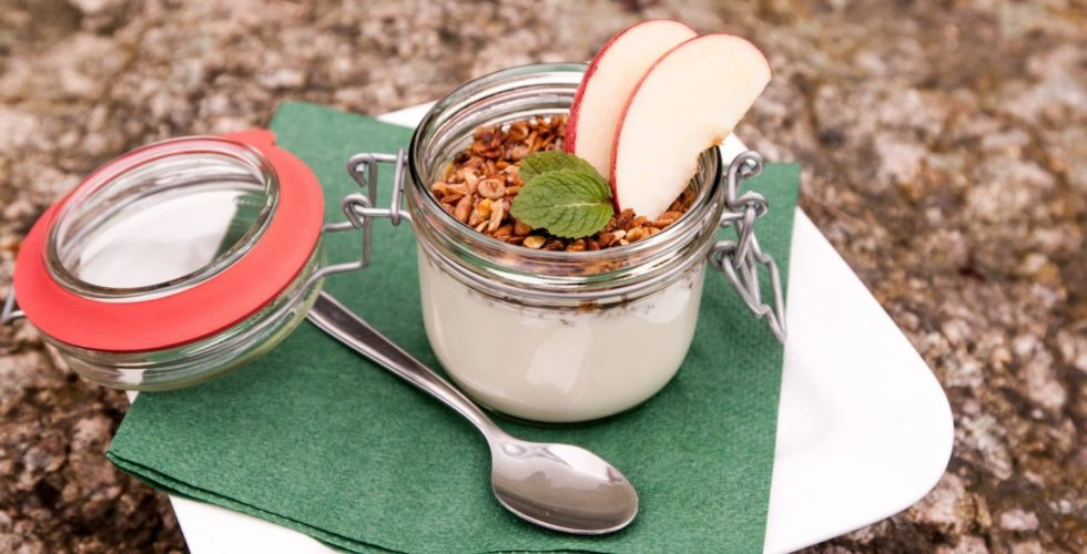 Joghurt im Glass mit Apfelschnitten und Nüssen