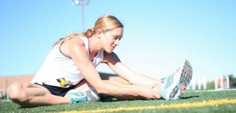 Frau dehnt ihre Beine nach dem Joggen