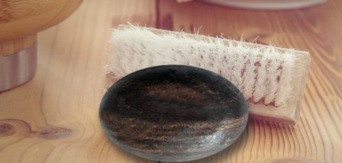 schwarze Seite auf Waschtisch mit Bürste