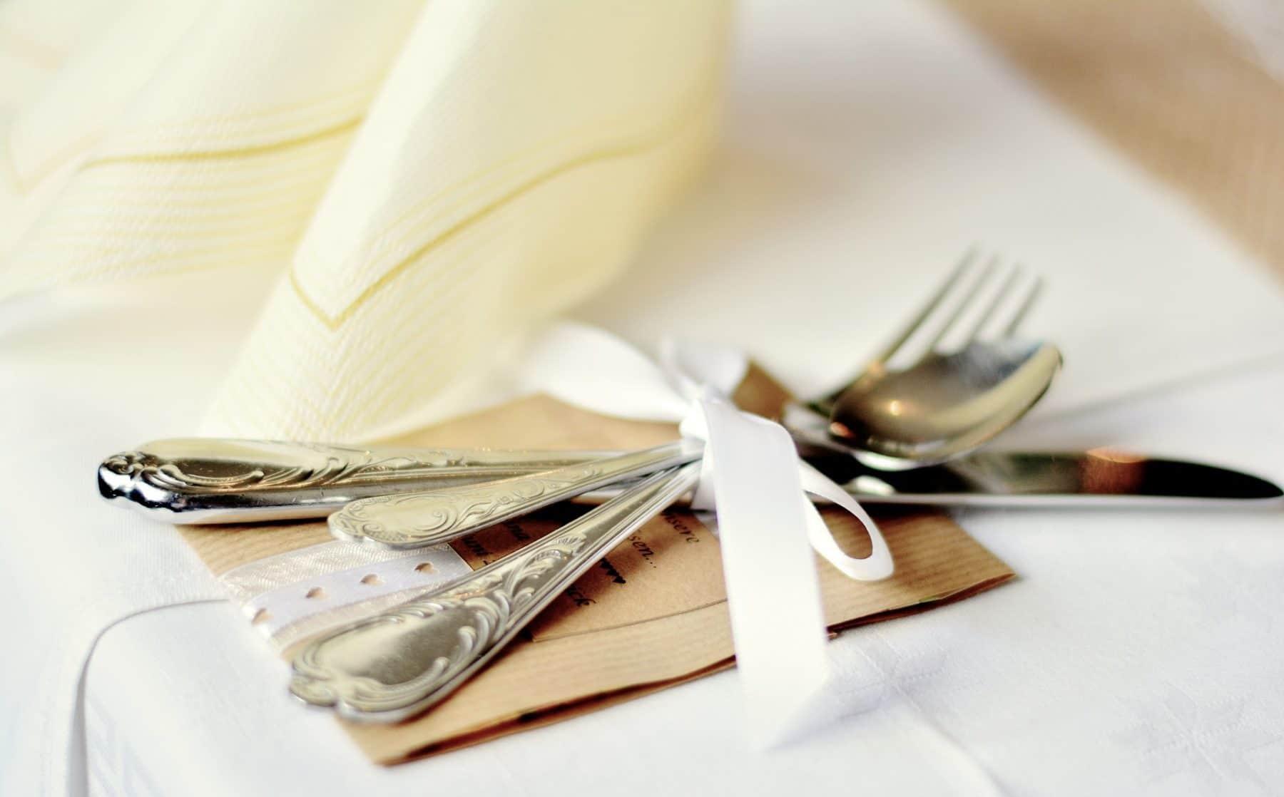 Besteck auf Tisch