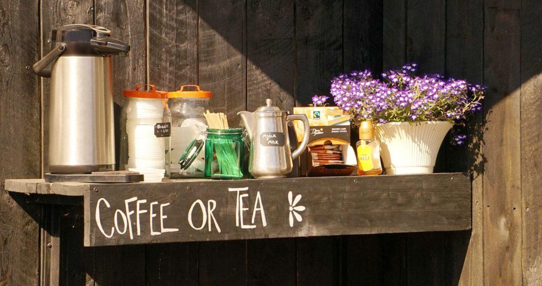 Kaffeekanne und Tee sowie Zucker und Milch