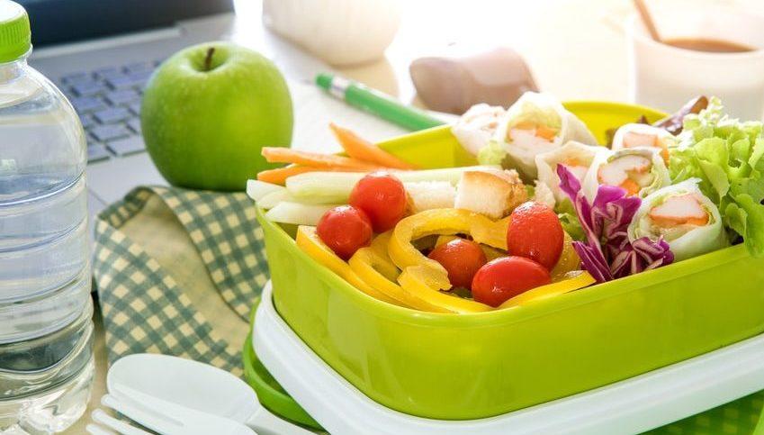 gesunde Brotzeitbox und Apfel bei der Arbeit