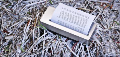 Aktenvernichter auf Papierschnipseln