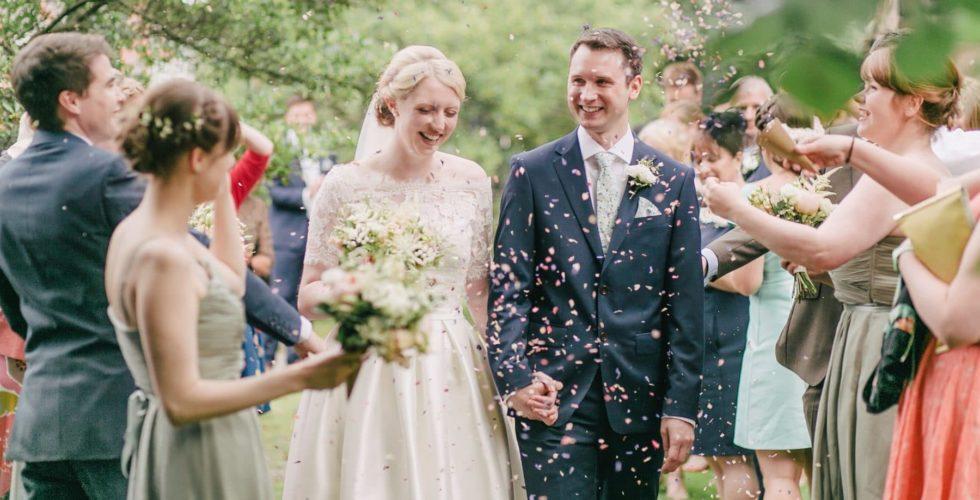 frisch vermähltes Paar nach der Kirche von Leuten umringt