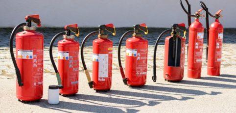 verschiedene Feuerlöscher in einer Reihe zur Ansicht