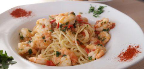 ein Teller Spaghetti mit Kräutern und Garnelen