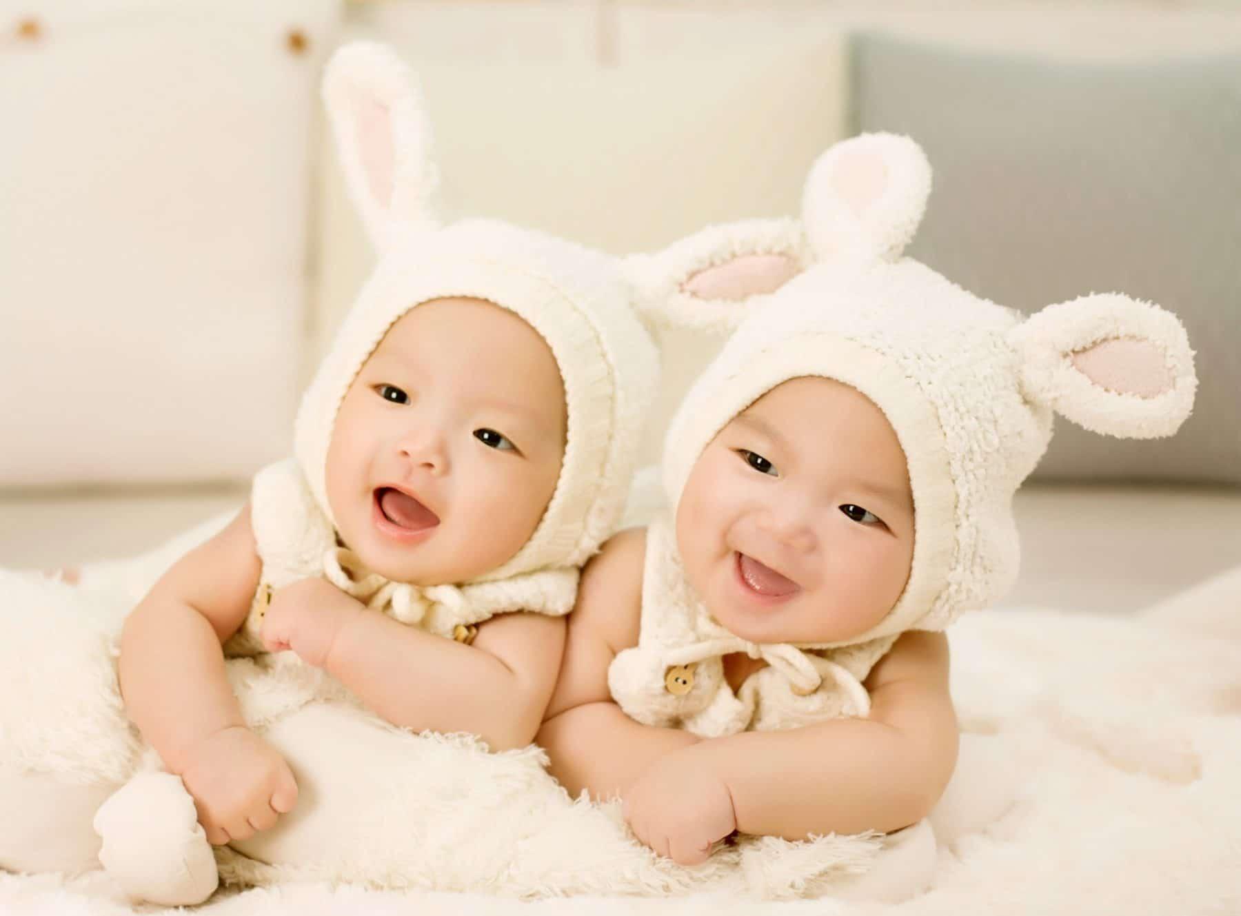 Zwillingsbabies mit Häschen-Mütze