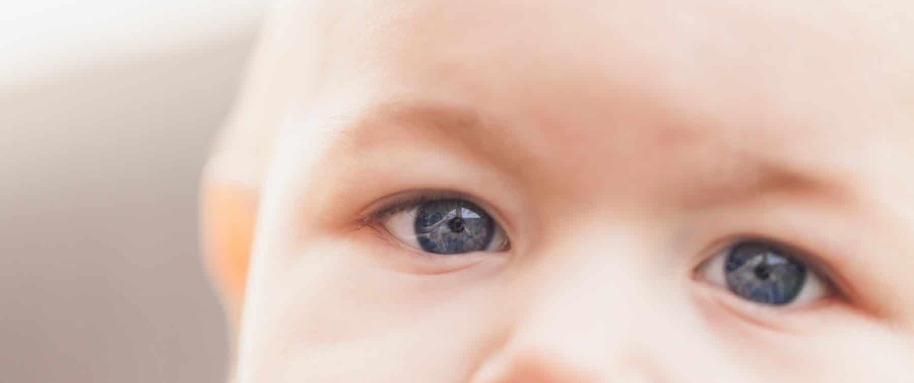 Baby schaut in die Kamera