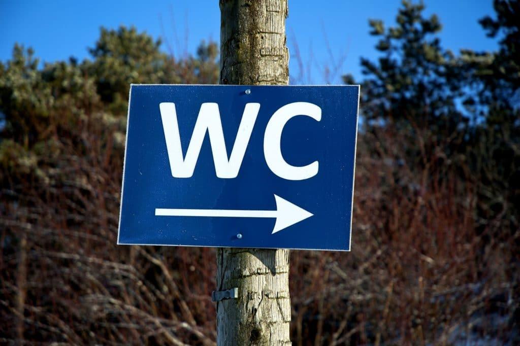 Toiletten-Hinweisschild in der Natur