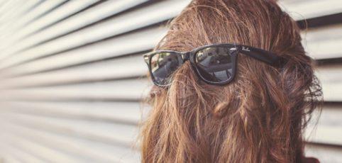 Du würdest Dich heute gerne irgendwo verstecken? Ein Bad Hair Day ist kein Grund, um zu verzweifeln. Wir zeigen Dir, wie Du das in den Griff bekommst