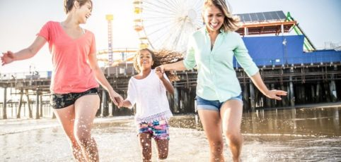 Lesbisches Parr mit Tochter am Strand