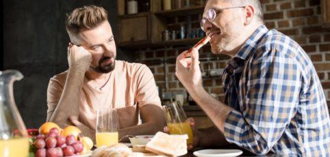schwules Paar verliebt am Frühstückstisch