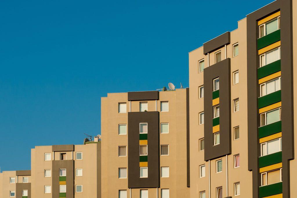 Plattenbau unter blauem Himmel