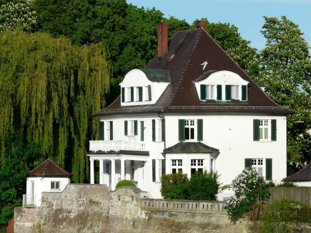Weiße Villa im Grünen.