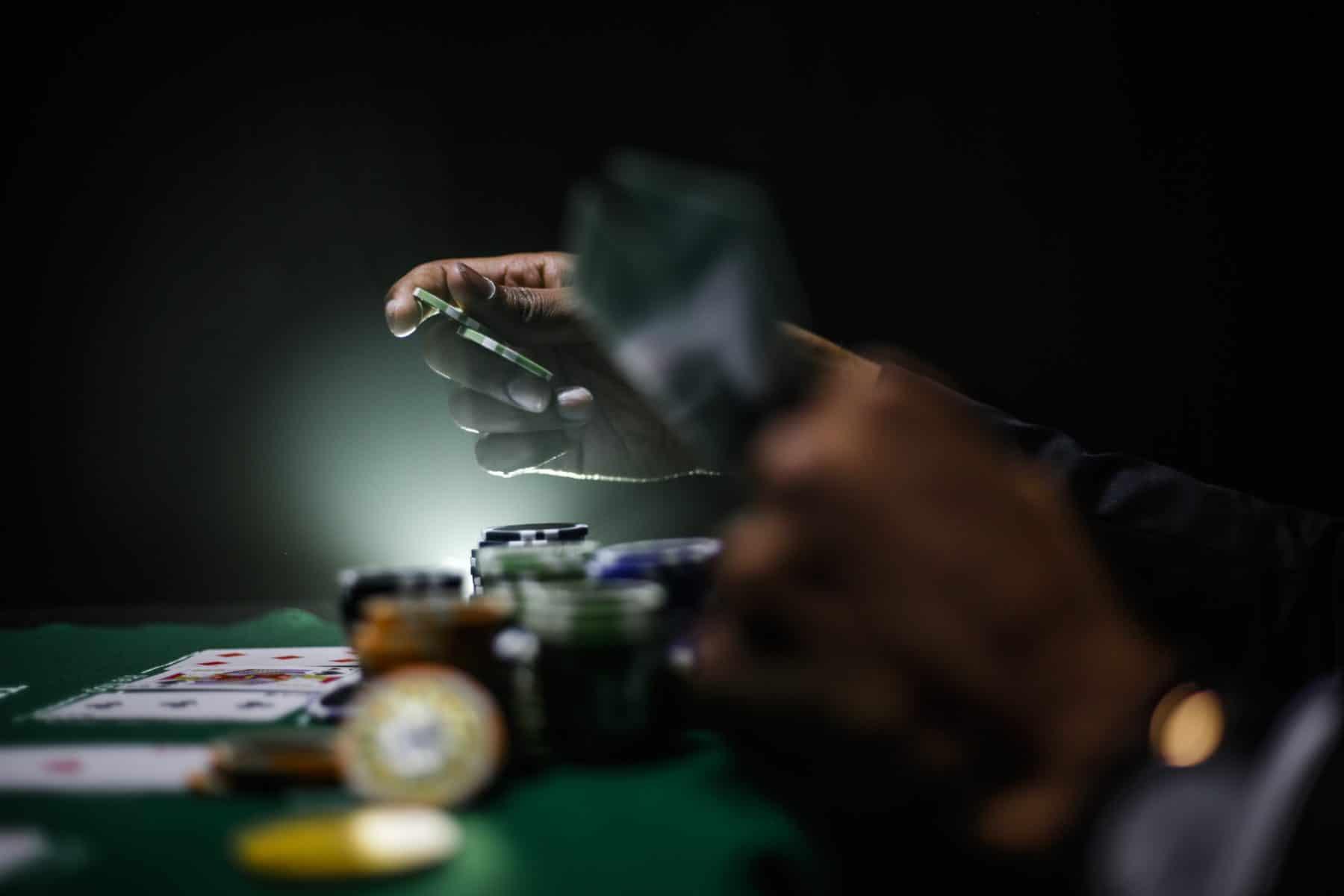 Szene am Spieltisch mit Chips und Spielkarten