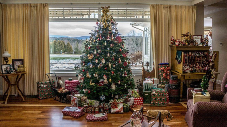 geschmückter Weihnachtsbaum mit Geschenken unten drunter