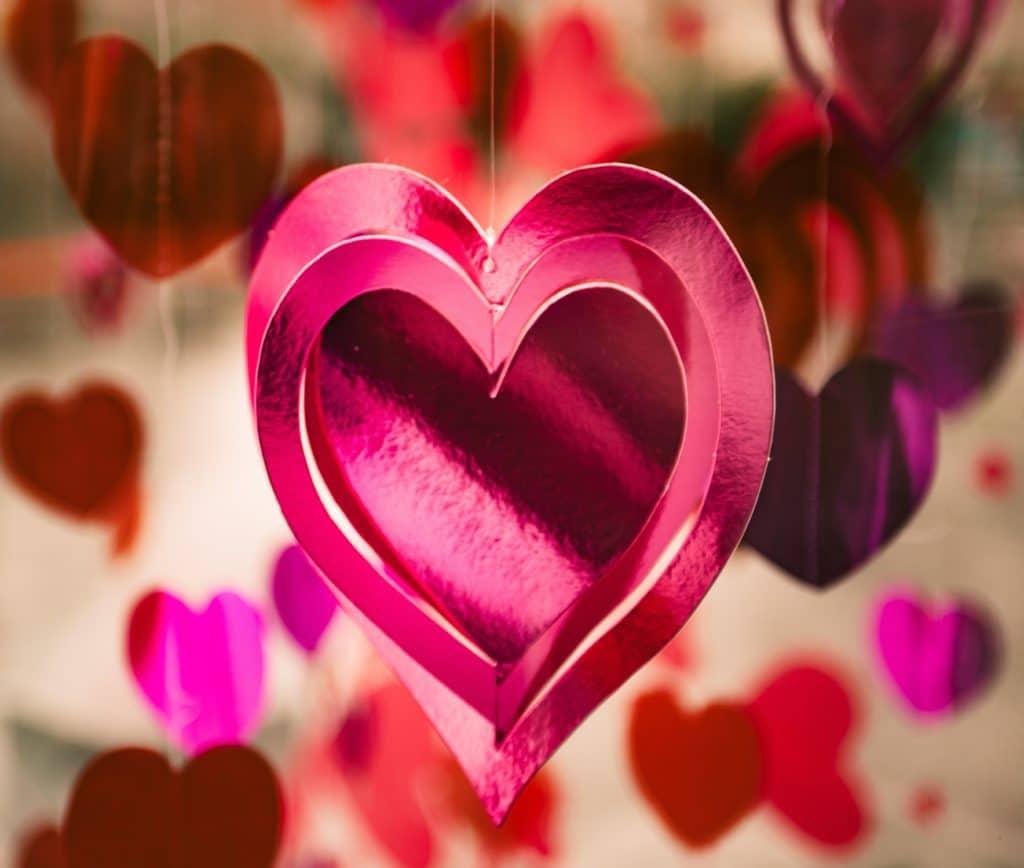 Selbstgebastelte Herzen als Liebesgeschenke