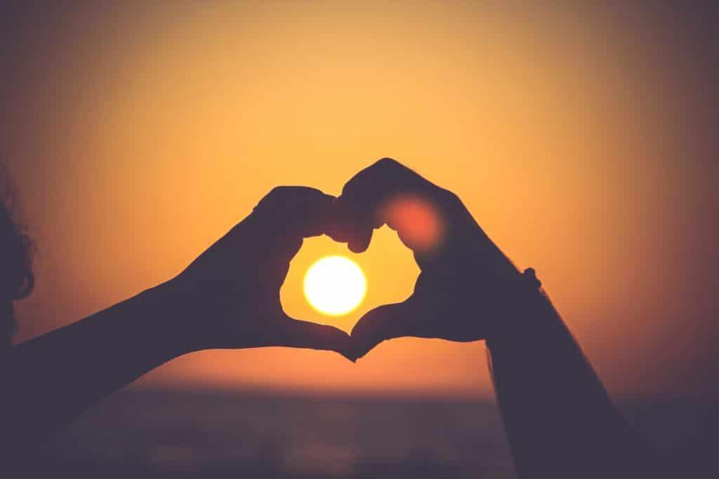 Wie kostenlose Liebesgeschenke: Hände, die ein Herz bilden