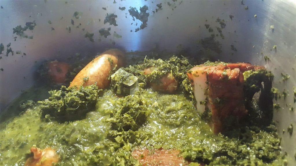 Blick in einen Topf mit fertig gekochtem Grünkohl