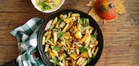 Gusseisenpfanne mit Gemüse auf einem Holztisch